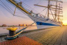 Wilhelmshaven Großer Hafen: Segelschulschiff MIR (L 110 m) bei Sonnenuntergang