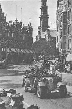 Waffen-SS in de Raadhuisstraat, between Westerkerk en Royal Palace 15 mei 1940/ Waffen ss in the Raadhuisstraat between the Westerkerk and the Royal Palace, 15th May 1940.