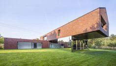 Maison contemporaine en forme de croix et son porte à faux en Pologne, une-maison-exclusive-par-KWK-Promes #construiretendance