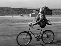This is a photo taken by Annie Leibovitz of Cate Blanchett. I just really love this picture because it reminds me of my childhood when I used to ride my bike like Cate is in the photo. Henri Cartier Bresson, Cate Blanchett, Annie Leibovitz Portraits, Annie Leibovitz Photography, Foto Picture, Photocollage, Hollywood Fashion, Belle Photo, Black And White Photography