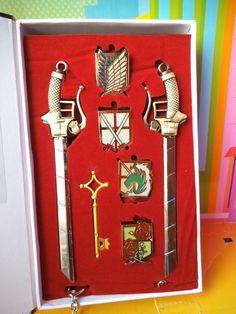 set de emblemas, armas,espadas y llave de attack on tittan