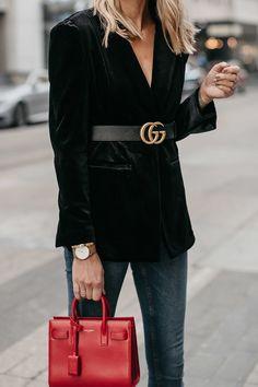 26 wardrobe basics for women must have clothing items black blazer 21 Casual Street Style, Preppy Style, Street Style Women, Blazer Outfits, Blazer Fashion, Red Purse Outfit, Blazers, Black Velvet Blazer, Fashion Jackson