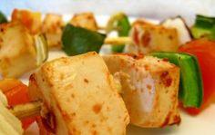 Espetadas de tofu fumado e cogumelos