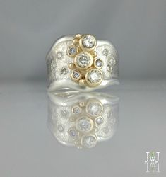 Pearl studs Like diamond studs, pearl studs can be worn with every style of dress, and with all types of fashion jewelry. Diamond Jewelry, Jewelry Rings, Diamond Earrings, Fine Jewelry, Unique Jewelry, Peridot Jewelry, Diamond Studs, Jewelry Art, Jewlery
