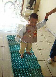Het kind loopt over de eierdozen. Dit geeft een gevoel dat je normaal niet voelen als ze op de grond stappen