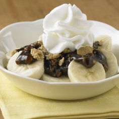 Peanut Butter Chocolate Bananas: Sliced banana recipe topped with a sauce of melted peanut butter and chocolate syrup, sprinkled with crunchy graham cracker bits Easy Chocolate Desserts, Quick Easy Desserts, Healthy Desserts, Just Desserts, Delicious Desserts, Yummy Food, Healthy Recipes, Peanut Recipes, Banana Recipes