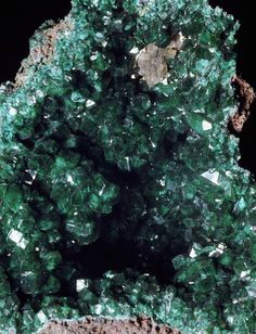 It's Easy To Make an Emerald Crystal Geode: You can make an emerald green crystal geode by by growing ammonium phosphate crystals overnight in a plaster geode. Borax Crystals, Diy Crystals, Crystals And Gemstones, Stones And Crystals, Diy Crystal Growing, Growing Crystals, Crystal Making, Grow Your Own Crystals, How To Make Crystals