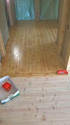 mit Leinöl eingelassen Hardwood Floors, Flooring, Texture, Crafts, Cob Home, Timber Wood, Wood Floor Tiles, Surface Finish, Wood Flooring