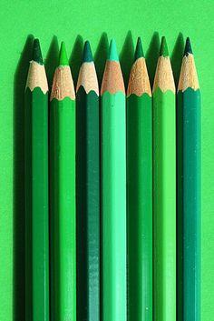 Como eu amo desenhar então nada mais justo que colocar um degradê básico de verde. Pra nós que gostamos de colorir, quem nunca enfileirou todos os lápis .... Simplesmente lindo