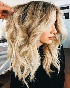 25 Honey Blonde Haircolor Ideas that are Simply Gorgeous Bright Golden Blonde Balayage Medium Hair Styles, Curly Hair Styles, Color Del Pelo, Beautiful Blonde Hair, Perfect Blonde, Honey Hair, Blonde Honey, Balayage Hair Blonde Medium, Blonde Hair Cuts Medium