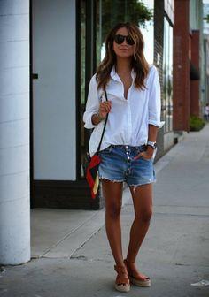 shorts vaqueros y camisa blanca