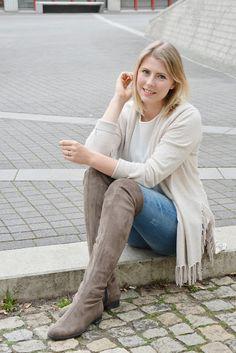 MOM STYLE // Outfit mit Overknee Boots und Kaschmir Jacke von REPEAT Cashmere, dazu eine destroyed Jeans von Zara   Overknee Stiefel