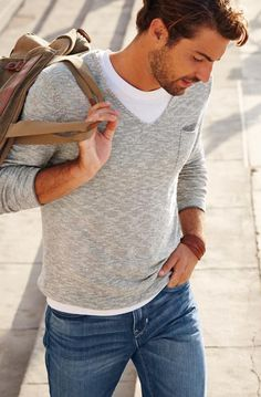 Ob Business, Uni oder Freizeit: Dieser Look sitzt immer ganz natürlich. Der Strickpulli mit V-Ausschnitt und Brusttasche passt zu jeder Jeansform und –farbe, die Air Max sorgen für den lässigen Touch. Die Leder-Umhängetasche rundet dein Outfit ab und sorgt dafür, dass immer alles am Mann ist.