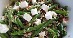 Bønnesalat med feta og soltørrede tomater i olie 1 pose grønne bønner, koges 1 håndfuld solsikkekerner, ristes på tør pande 1 mellem gla...