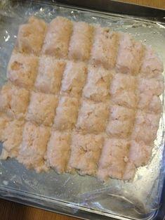 「【離乳食】鶏ささみのすり身と冷凍保存法」まとめて冷凍しておけば、後で使いたい分だけ使えて便利です。低温でじっくり加熱すると身がパサつきません。【楽天レシピ】