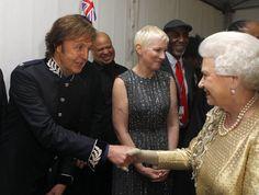 Pin for Later: Wenn Welten aufeinander prallen: Promis begegnen den Royals  Paul McCartney hatte die Möglichkeit die Queen zu treffen bei einem Konzert in London im Juni 2012.