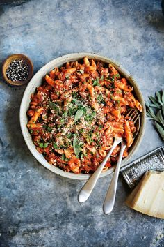 What's cooking in the Pasta with Bolognese. 🍝 Save hours at the stove by pressure cooking the sauce, then add the pasta at the end. Get the recipe from our Everyday Instant Pot Cookbook with the link in bio. Ravioli, Gnocchi, Pasta Fagioli Recipe, Recipe Pasta, Bolognese Recipe, Bolognese Pasta, Sandwiches, One Pot Dinners, Pasta
