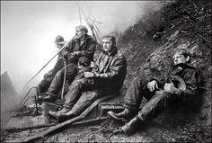 """Premio Pulitzer de fotografía de 1975  Otorgado a Gerald H. Gay del The Seattle Times por su foto """"Lull in the Battle"""" donde se muestra a cuatro bomberos exhaustos."""