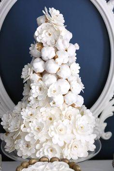 Croquembouche sobre bolo decorado com flores de açúcar Cupcake