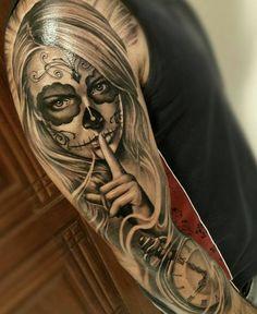 tatouages originaux, manchette tatouage femme portant un masque tête de mort