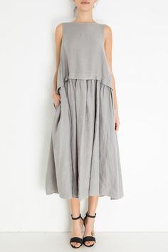 Draped, oversized gray linen dress and strappy black sandals. Boho Outfits, Fashion Outfits, Womens Fashion, Parisian Chic Style, Hijab Stile, Oversized Dress, Nursing Dress, Linen Dresses, Simple Dresses