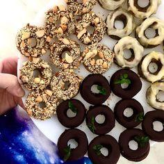 Mini donuty - brownie donuty s polevou z 85% čokolády a másla a lístkem máty ... arašídové donuty potřené čokoládovo-arašídovým krémem čokoládou a posypané arašídy ... makové donuty s polevou z kokosového oleje, medu, citrónové kůry a citrónové šťávy / Mini donuts - flourless brownie donuts with chocolate-butter glaze and mint leaves ... peanut flour donuts with peanut-chocolate spread and chopped peanuts ... almond flour and ground poppy seeds donuts with coconut oil lemon frosting No Bake Desserts, Doughnut, Brownies, Cookies, Baking, Food, Lemon, Cake Brownies, Crack Crackers