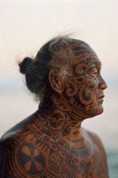 Tahiti | Man with traditional tattoos on Rangiroa Island | ©Martin Morrell #maoritattoosface