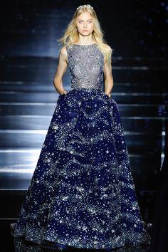 Robe longue à col bateau en tulle de soie bleu de minuit parsemé de cristaux argentés, collection Zuhair Murad haute couture automne-hiver 2015-2016
