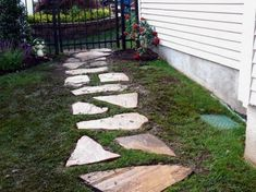 Exterior Flagstone Walkway Design for Formal and Casual Outdoor Look Flagstone Walkway Spacing. Laying Flagstone Walkway In Sand. Flagstone Pathway, Rock Pathway, Gravel Walkway, Concrete Walkway, Stone Walkways, Stone Paths, Wooden Walkways, Paver Path, Patio Stone