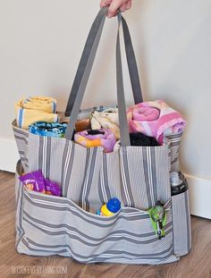 Tutorial: Pool tote bag Holly from Bits of Everything shows how you can make a pool bag to carry your towels and sunscreen and other pool necessities. The bag has a roomy inside, and also pockets all