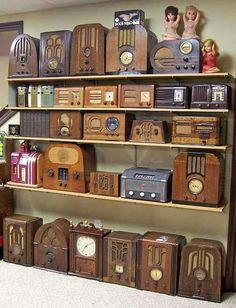 Vintage radios are fun to collect and fun to listen to as well. Poste Radio Vintage, Vintage Tv, Vintage Design, Vintage Antiques, Vintage Items, Art Deco, Old Time Radio, Retro Radios, Displaying Collections