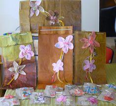sacos de kraft com aplicação de flores artesanais de tecido ou papel