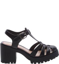 Com solado tratorado e salto médio, a sandália de couro preta é pesada, porém superconfortável. Os modelos de sapato mais pesados são perfeitos para compor looks hi-lo superestilosos, tendo peças lev