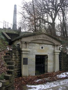 Lincoln's Original receiving vault shortly after his death on May Abraham Lincoln - Sixteenth United States President. Cemetery Headstones, Old Cemeteries, Graveyards, Cemetery Art, American Presidents, American Civil War, American History, History Photos, Us History