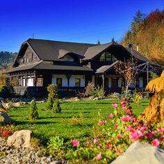 Traditional House, Romania, Places To Go, Trips, House Ideas, Mansions, House Styles, Amazing, Travel