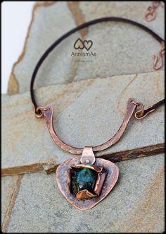 collar de cobre forjado a mano con labradorita: por AnniamAeDesigns Copper Necklace, Leather Necklace, Copper Jewelry, Wire Jewelry, Pendant Jewelry, Jewelery, Jewelry Necklaces, Geek Jewelry, Leather Bracelets