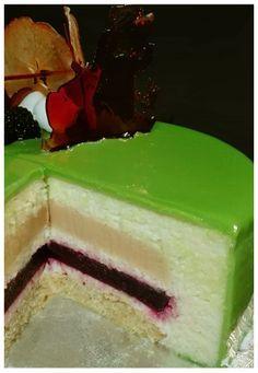 Tarta mousse de manzana verde con interior de caramelo y moras. Receta con fotos del paso a paso.