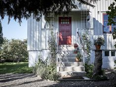 Yellow house on the beach: Modern, rustic and vintage Us White House, Yellow Houses, Scandinavian Home, Decorating Blogs, Bradford, Old Houses, Entrance, Beach House, New Homes