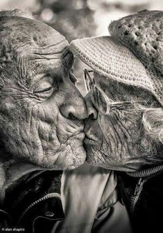 El amor no tiene edad Foto Portrait, Portrait Photography, Aged Photography, Vieux Couples, Grow Old With Me, Growing Old Together, Old Faces, Interesting Faces, People Around The World