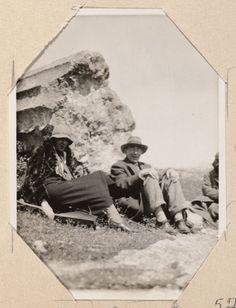 Virginia Woolf and Roger Eliot Fry sitting by the Temple of Poseidon (Ákra Soúnion Greece), Virginia Woolf, Leonard Woolf, Maynard Keynes, Bell Art, Bloomsbury Group, English Writers, Splendour In The Grass, Essayist, Best Selling Books