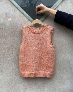 Friday Vest – Short Edition – Opskrift – Tante Grøn Straw Bag, Knitwear, Knit Crochet, Crochet Patterns, Vest, Orange, Knitting, Creative, How To Make