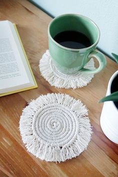 DIY Round Macramé Boho Costers - - How to make these round macramé coasters that give the perfect boho vibe to your home decor Decor Crafts, Home Crafts, Kids Crafts, Craft Projects, Project Ideas, Macrame Projects, Diy Home Decor Projects, Nature Crafts, Home Decor Trends