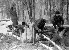 81mm Mortar équipage, quelque part dans la forêt des Ardennes ... l'hiver 1944-1945 (Small) .jpg