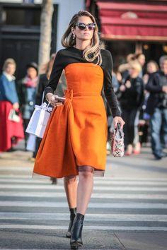 Dior hat die digitale Revolution als eines der wenigen Luxuslabels erkannt: Zur Haute Couture Show in Paris waren extrem viele Blogger geladen. Der brasilianische Modeprofi Helena Bordon erschien sogar im organgefarbenen Bustierkleid.