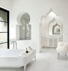 Moderne weiße marokkanisch inspirierte Badezimmer-exotischer Designtrend