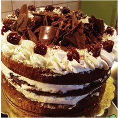 ΥλικάΒάση130 γρ. αλεύρι30 γρ. κακάο20 γρ. κορν φλάουρ6 αυγά170 γρ. ζάχαρηΣιρόπι100 γρ. νερό100 γρ. ζάχαρη100 γρ. ΚιρςΣαντιγί500 γρ. κρέμα γάλακτος 35% λιπαρά50 γρ. ζάχαρη κρυσταλλική2 κ.σ. κιρςΚεράσια Greek Desserts, Party Desserts, Greek Recipes, Black Forest Cake, Sweets Cake, Tiramisu, Tapas, Caramel, Ice Cream