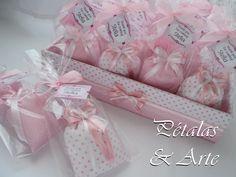 Sache Perfumado Sonho Rosa, embalado em saquinho celofane, fechado com laço de fita e tag personalizado.