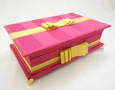 Linda caixa kit toillet para festas de 15 anos - Tema Victoria's Secret. Possui pés dourados. Consulte preço com produtos e embalagens personalizadas inclusas. Temos outras opções de tecidos. R$ 165,00