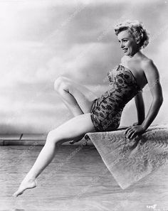 photo sexy Marilyn Monroe dipping her toes in the water 654-19
