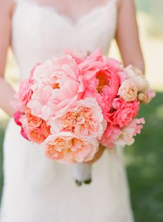 Klassische Brautsträuße mit Pfingstrosen | Friedatheres.com  Foto: Lisa Lefkowitz / Blumen: Cherries